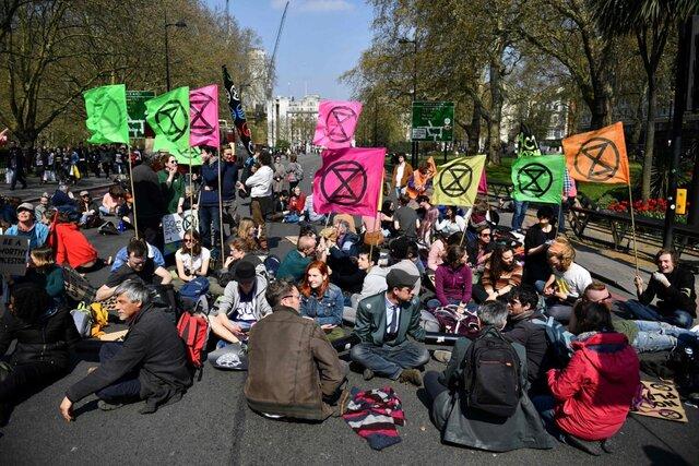 Великобритания серьезно ужесточает закон об акциях протеста — полиция сможет разгонять их за «создание помех». А если опрокинуть статую, можно будет получить до 10 лет тюрьмы