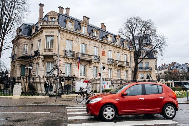Водителя консульства России в Страсбурге заподозрили в торговле крадеными велосипедами. Он продавал их прямо на пороге дипмиссии. Подозреваемого задержали, но потом отпустили — и он вернулся в Россию