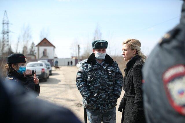Медики и активисты пытались пробиться в колонию к Алексею Навальному. Но их не пустили, а потом и задержали. Репортаж спецкора «Медузы» Андрея Перцева из Покрова