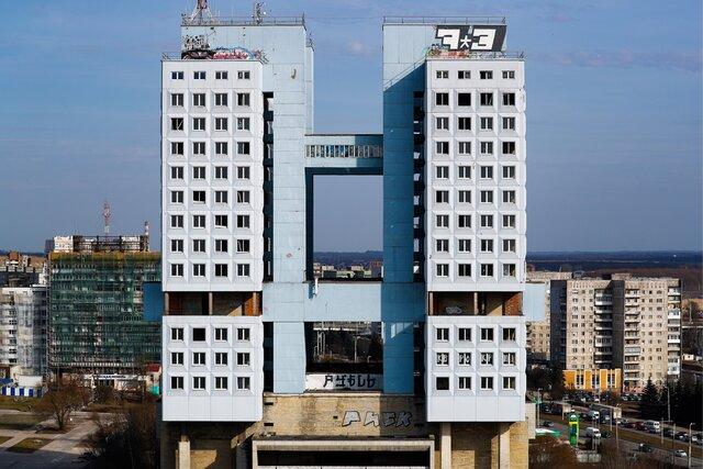 Власти хотят демонтировать знаменитый Дом советов в Калининграде. Это один из самых узнаваемых символов советского модернизма. Здание строили несколько десятилетий — и ему не хватило года, чтобы открыться