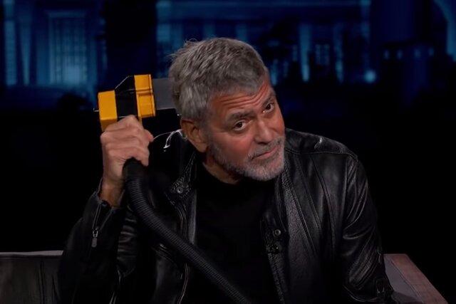 Джордж Клуни — сам себе парикмахер. Правда, волосы он стрижет пылесосом (!!!)