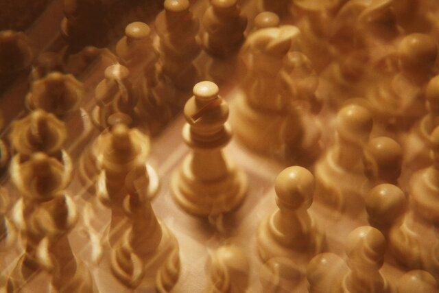 Из-за изоляции и сериала «Ход королевы» все начали играть в шахматы онлайн. Но что делать с читерами? The Wall Street Journal рассказывает, как машины ловят людей, которые подсматривают ходы у машин
