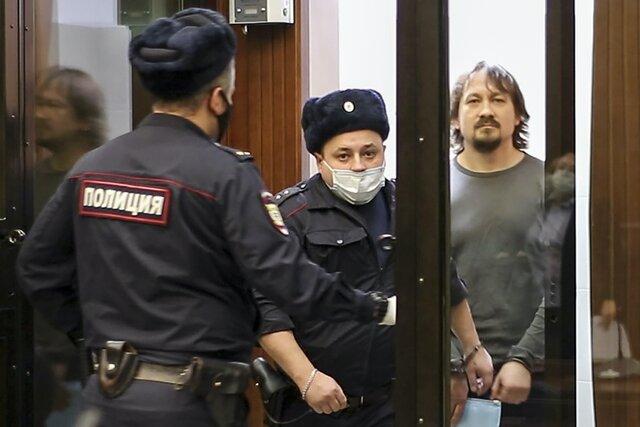 В Москве начался суд над полицейскими по делу Голунова. Теперь мы знаем куда подробнее, как задерживали и били спецкора «Медузы» — и как именно ему подкинули наркотики