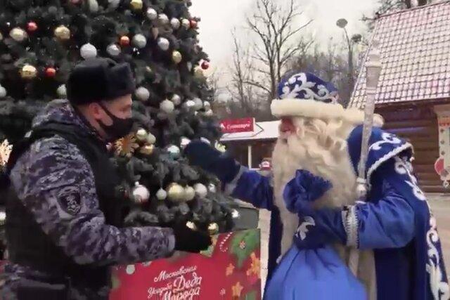 Росгвардия приехала на вызов к Деду Морозу. Тот донес на Бабу Ягу