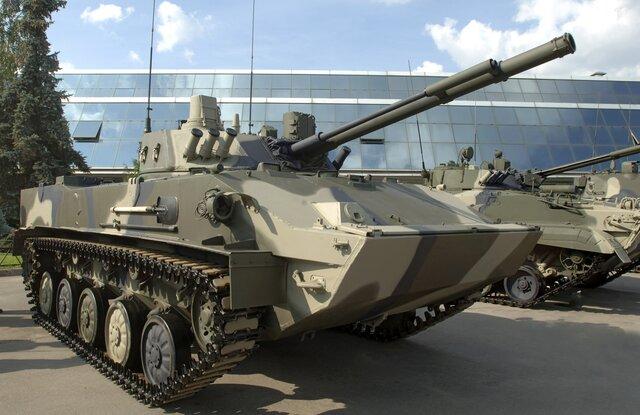 В Пскове военный случайно выстрелил из пушки по торговому центру — снаряд пробил крышу и упал в «Детском мире». Все живы