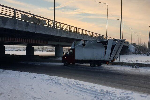В петербургский «мост глупости» врезалась 200-я «Газель». Еще пара лет — и это станет шуткой за 300