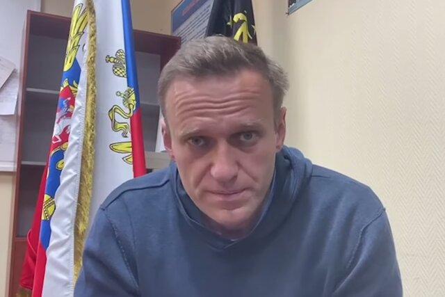 «Вы совершаете уголовное преступление». Алексея Навального привели на странный суд в отделении полиции — а он в ответ высказал судье все, что думает о происходящем. Кратчайший пересказ