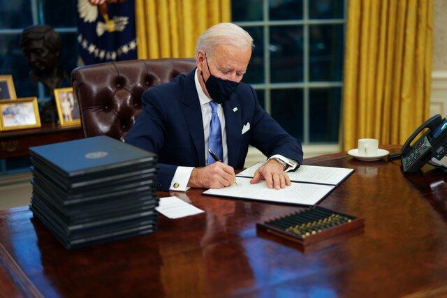 В первый же день на посту президента Байден отменил самые спорные указы Трампа. США вернутся в ВОЗ, а стену на границе с Мексикой не достроят