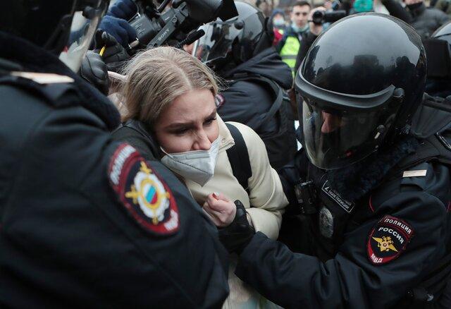 Тысячи людей и цепи ОМОНа в Москве. Как полиция избивала и задерживала участников акции «Свободу Навальному!»