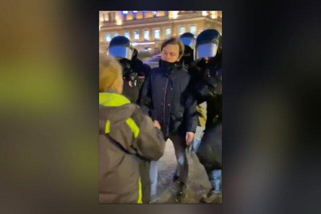 На акции протеста в Петербурге женщина спросила у полицейских: «Зачем вы его схватили, ребята?» Ей ответили ударом ногой в живот