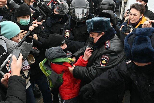 На митингах в поддержку Навального задержали больше трех тысяч человек. Но госканалы и провластные СМИ все равно рассказывают о «вежливых полицейских». А сами акции называют «восстанием школьников»