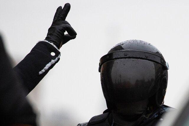«Извините, меня за пять минут до этого залили газом, у меня запотело забрало». Петербургский полицейский извинился перед женщиной, которую ударил ногой в живот. Но бил он ее с открытым забралом