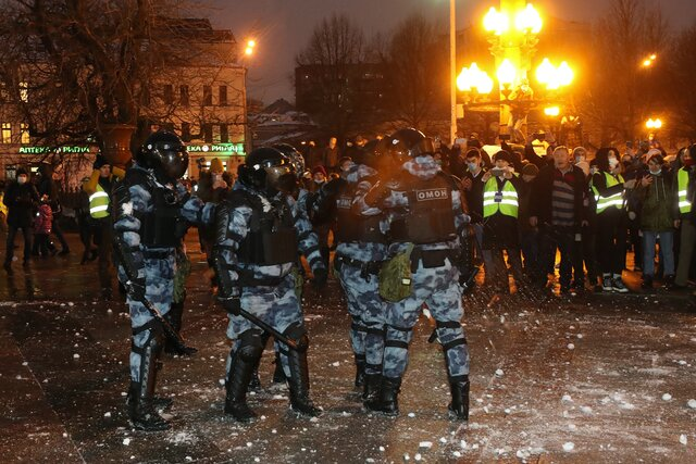На митингах 23 января омоновцев закидывали снежками. За это могут (будут) судить? А полицейским вообще больно? Отвечаем на главные вопросы о новой тактике протестующих
