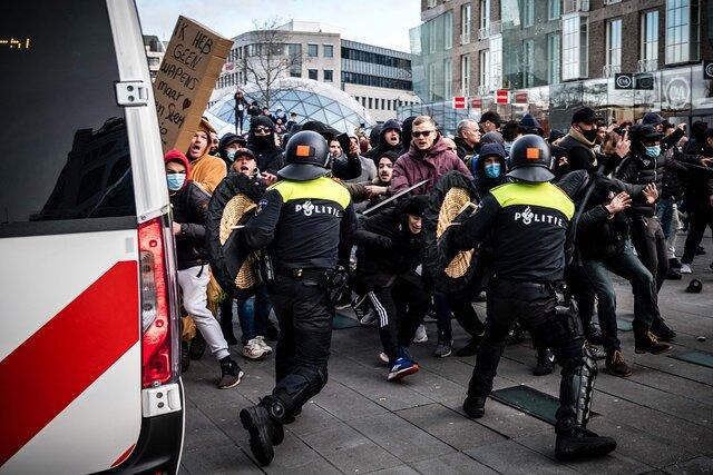 В Нидерландах самые жесткие уличные столкновения за 40 лет — из-за комендантского часа, введенного впервые после Второй мировой войны. Фотографии