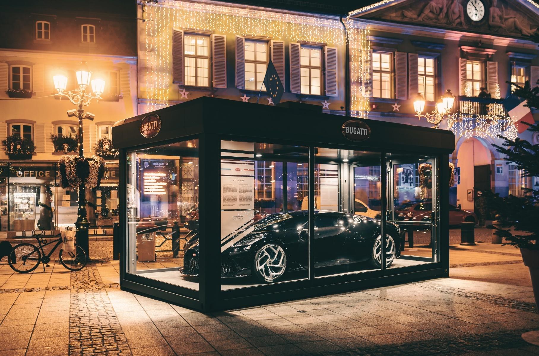 Уникальный Bugatti La Voiture Noire стал новогодней декорацией французского городка