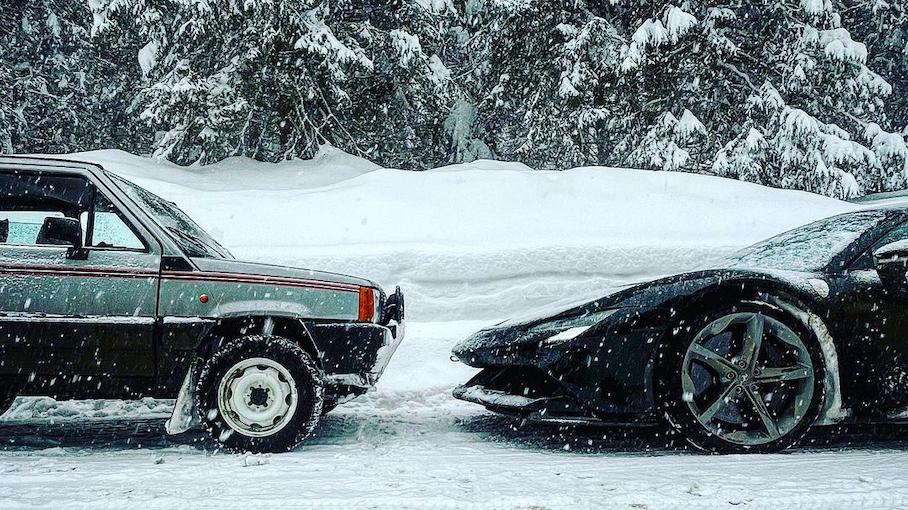 Видео: 48-сильный Fiat против 1000-сильного Ferrari в снежном дрэге