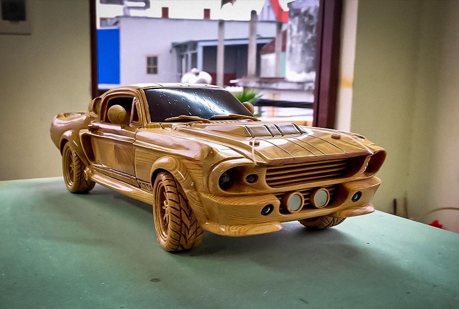 Посмотрите на деревянную копию Ford Mustang с работающей подвеской