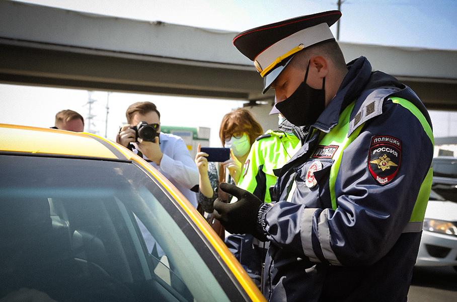 Стало известно, в каких регионах водителям разрешат не возить с собой права