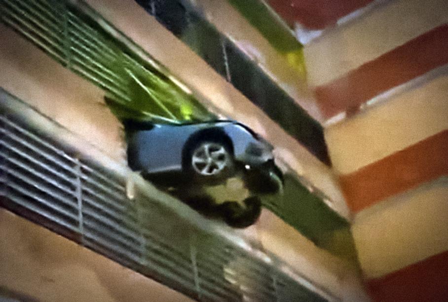 Россиянка на Mercedes-Benz пробила стену на четвертом этаже парковки