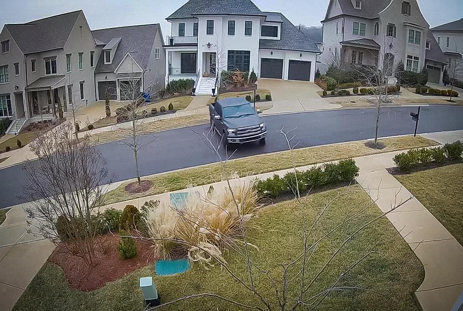 Видео: неуправляемый пикап скользит боком по обледенелой дороге