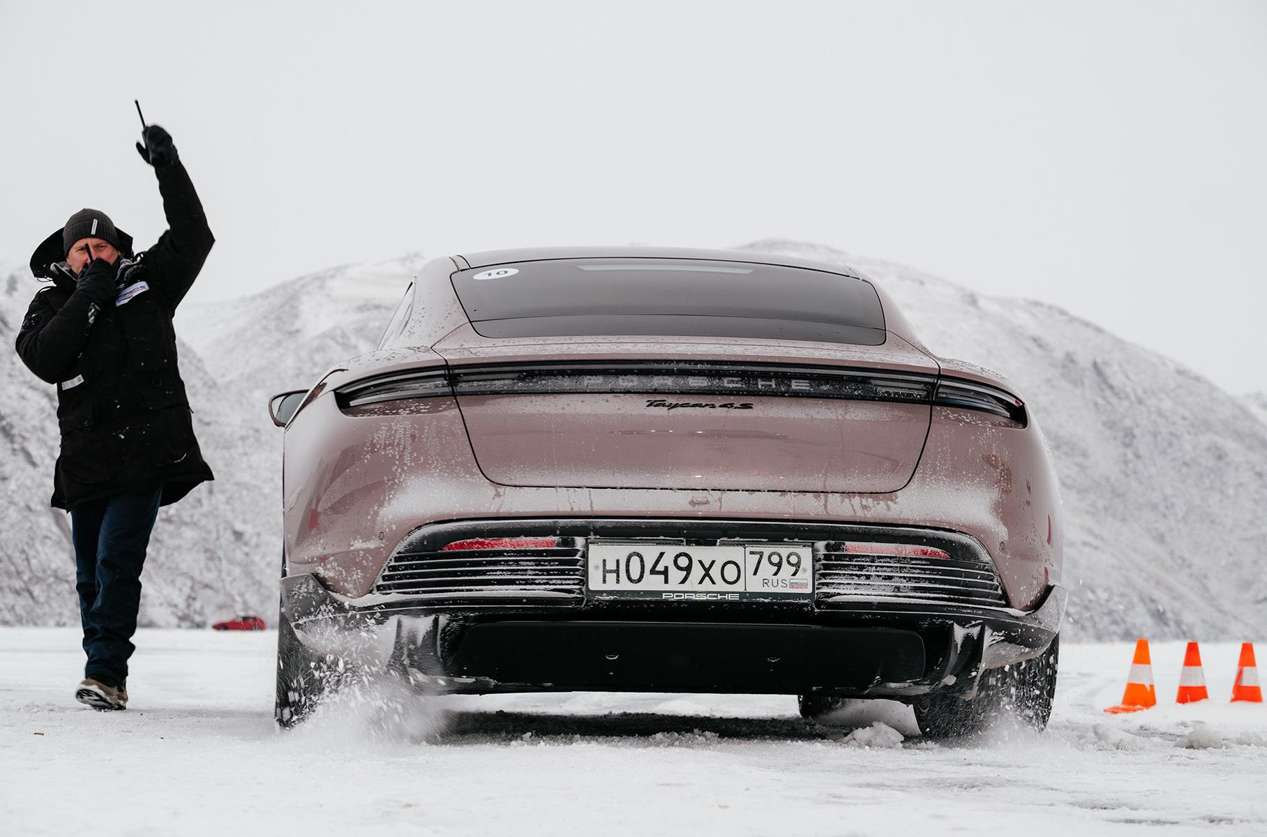 Разрядится или нет? Дрифтим по льду Байкала на Porsche Taycan
