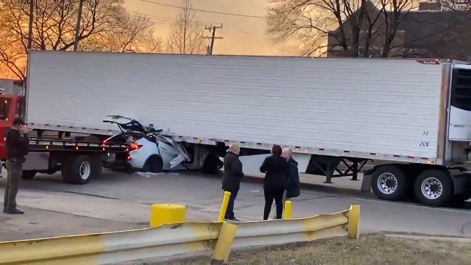 Ещё одна Tesla на полном ходу врезалась в грузовик