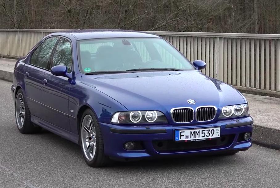 Видео: 20-летний BMW M5 разогнали до 300 километров в час