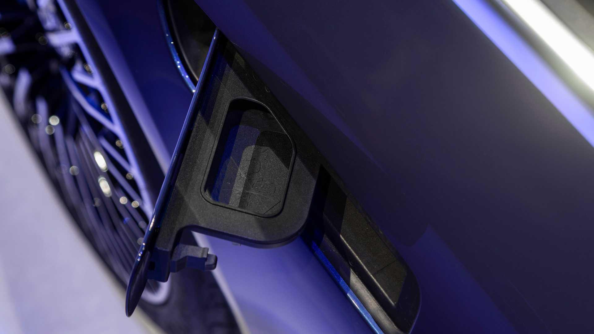 Лючок на крыле Mercedes-Benz EQS оказался заливной горловиной