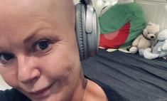 «Все заставляли надевать парик»: известная телеведущая осталась без средств к существованию из-за алопеции