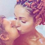 Певица Нюша вместе с дочкой приняла ванну и возмутила поклонников