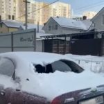Ледяная глыба пробила стекло на припаркованном автомобиле в Ставрополе