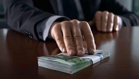 Экс-охранник миллиардера заявил о взятках силовику и топ-менеджеру госбанка