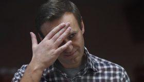 Навальный пойдет по этапу: суд утвердил ужесточение наказания по делу «Ив Роше»