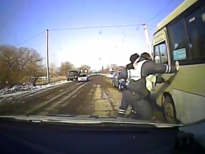 Погоней со стрельбой закончился угон автобуса пьяным жителем Приморья