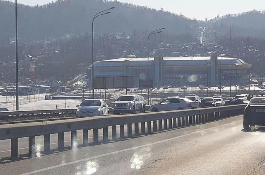 В пригороде Владивостока раскидало машины, в результате чего образовалась серьезная пробка