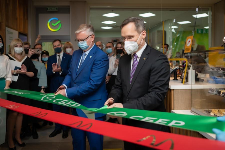 Во Владивостоке открылось первое в России совместное отделение Сбера и «Макдоналдса»