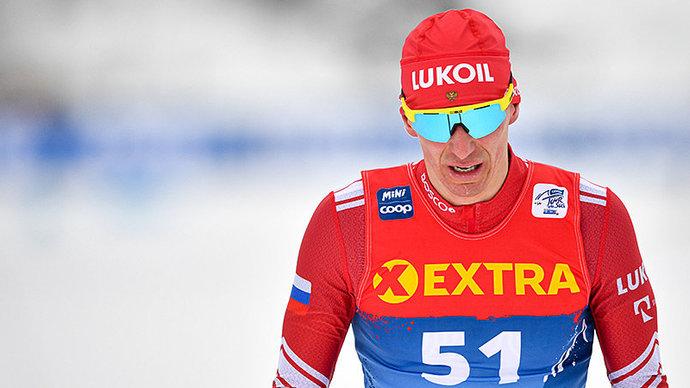 Евгений Белов потерял лыжу в ходе мужского масс-старта