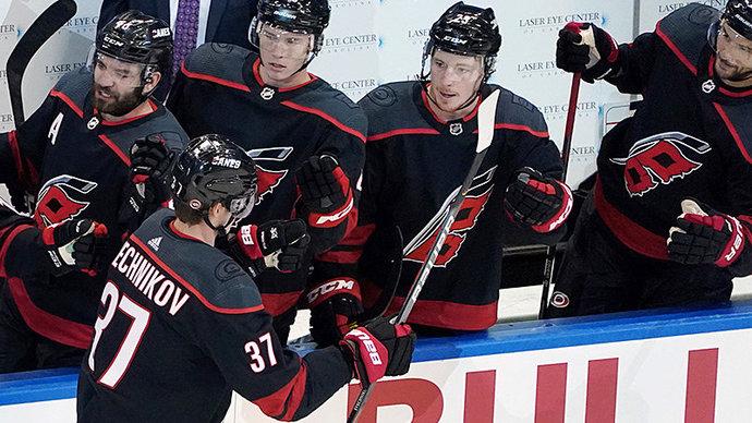 «Каролина» проиграла «Детройту», Свечников набрал 100-е очко в НХЛ