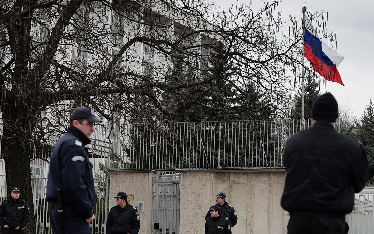 Объявленный нон грата дипломат России задержится в Болгарии из-за COVID