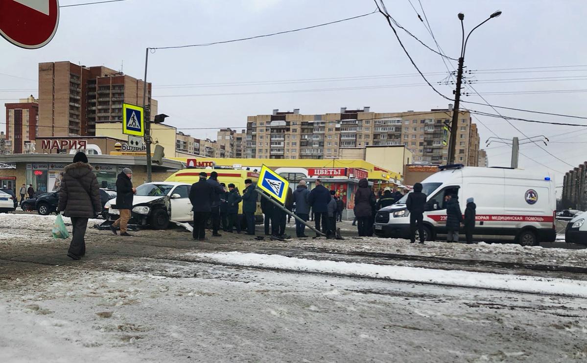В Петербурге автомобиль сбил пешеходов после аварии