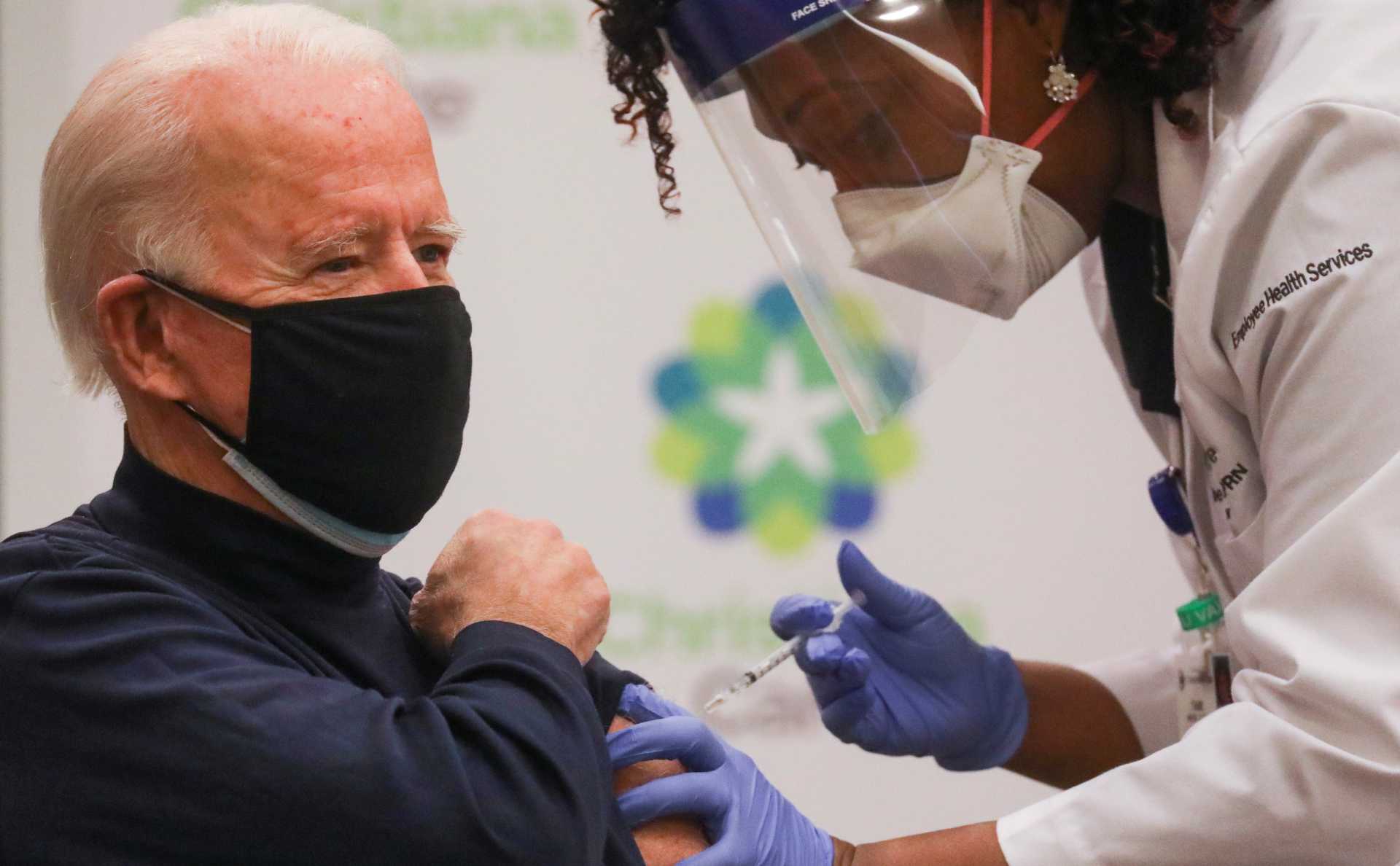 Байден сделал прививку от коронавируса в прямом эфире
