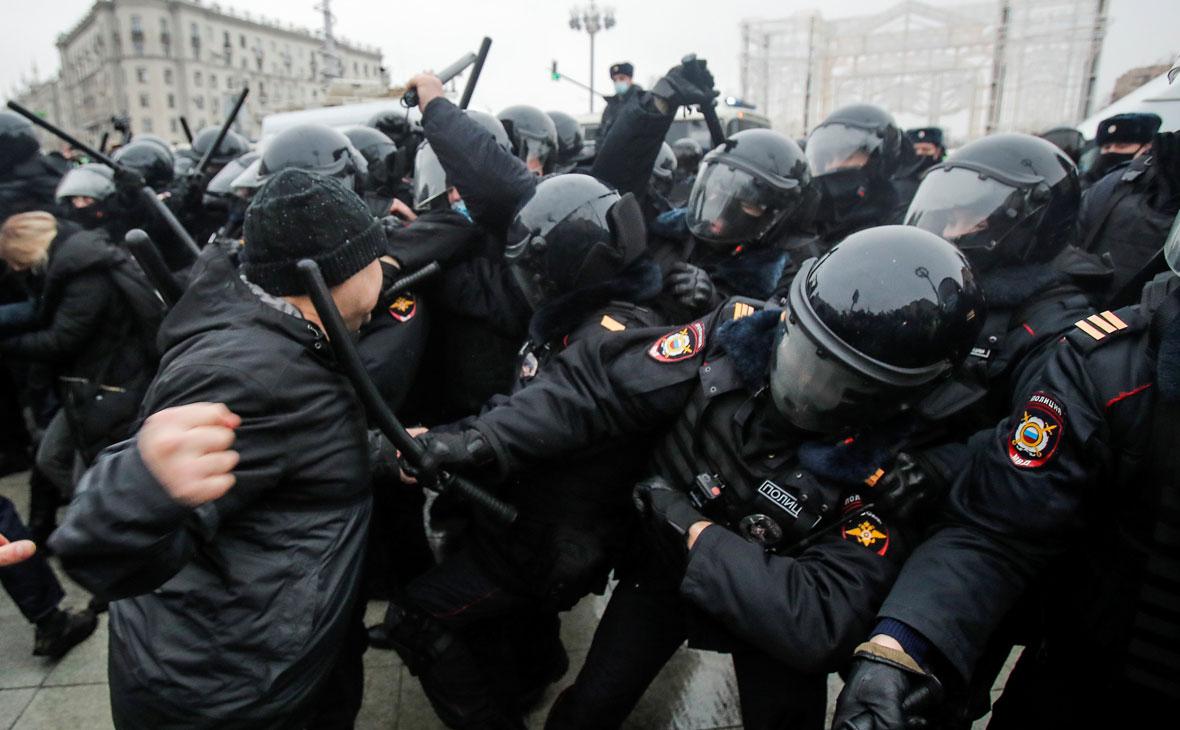 СК завел четыре дела о применении насилия к полицейским на акции в Москве