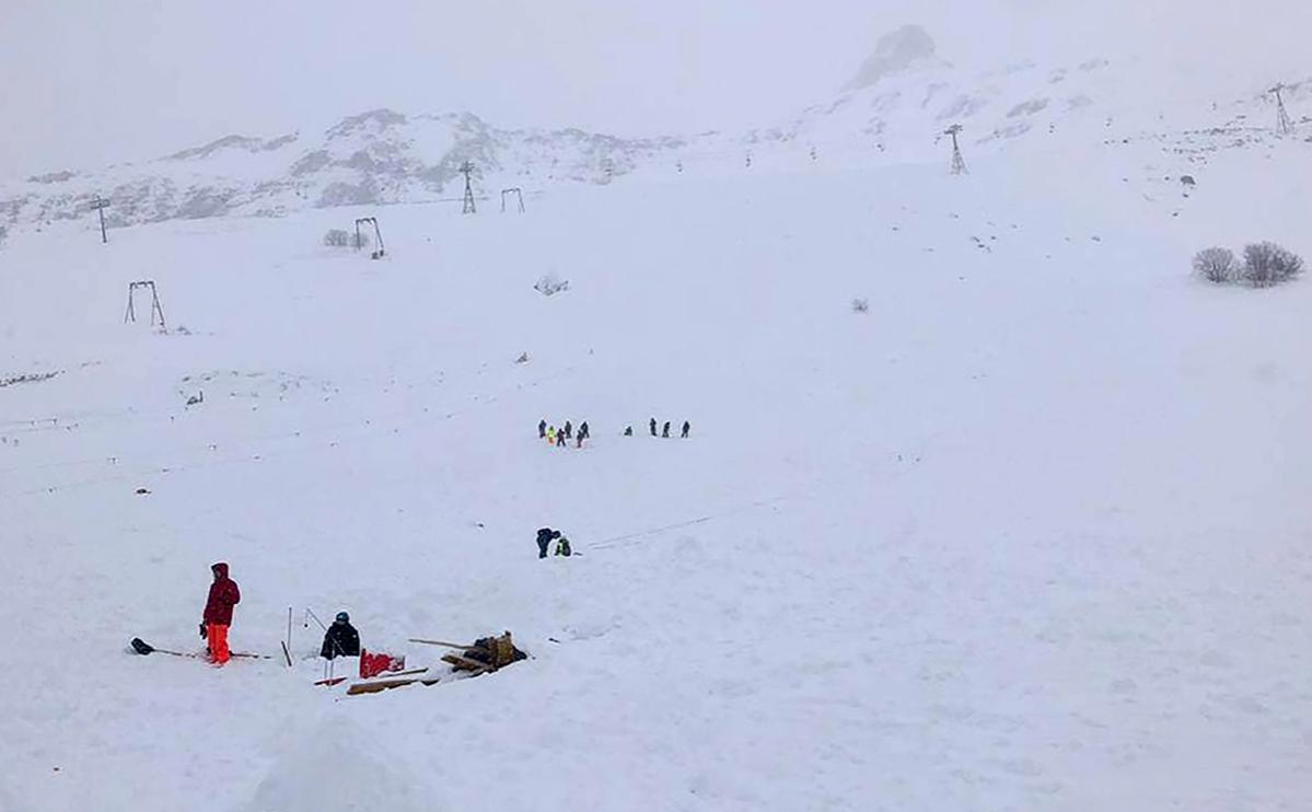 Возможной причиной схода лавины в Домбае назвали спуск другой лавины