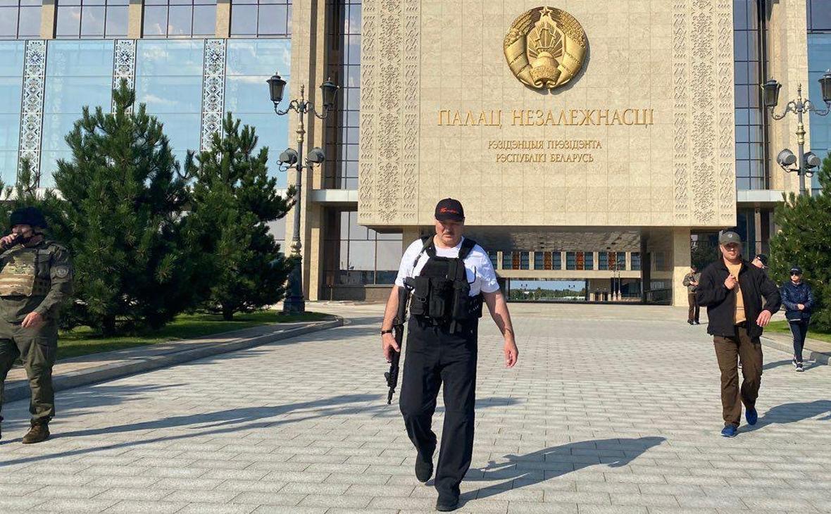 Лукашенко заявил о готовности защищать Белоруссию «с автоматом в руках»