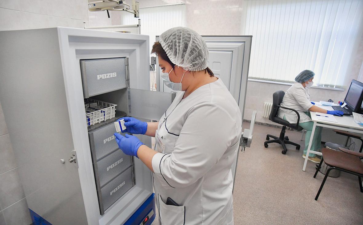 Минздрав утвердил предельную отпускную цену для вакцины «Спутник V»