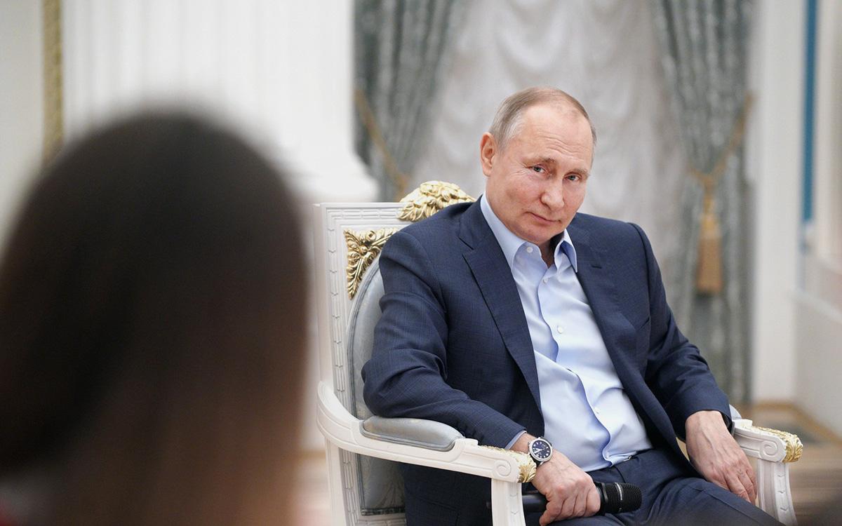 Путин в шутку попросил «не приписывать» ему дворец