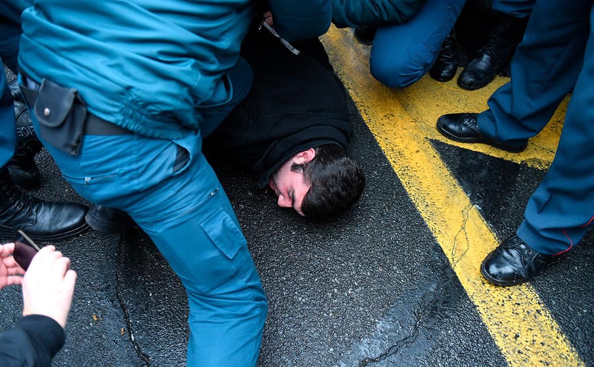 В Ереване полиция начала задерживать участников оппозиционного митинга