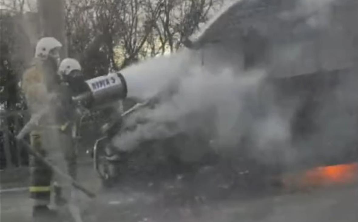 В Крыму водитель микроавтобуса запер машину изнутри и совершил поджог
