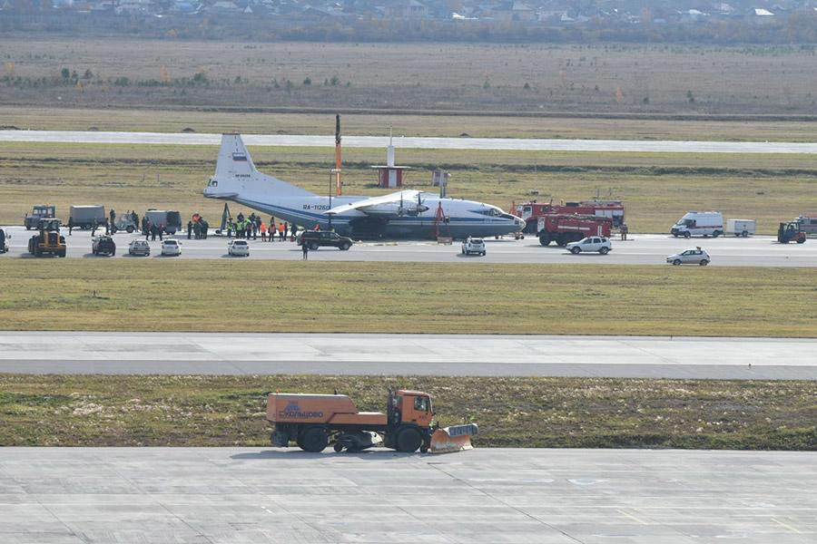 Военные назвали причину аварийной посадки Ан-12 на Итурупе