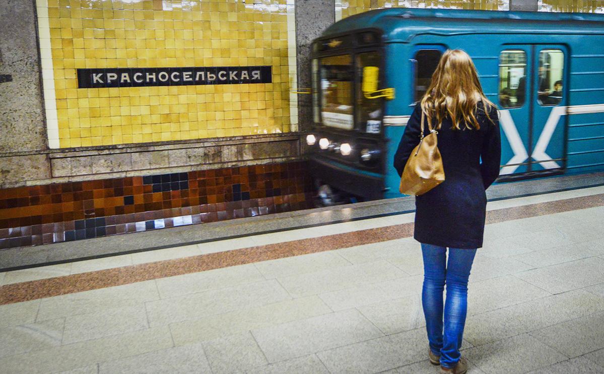 В Москве на красной линии метро на пути упал человек